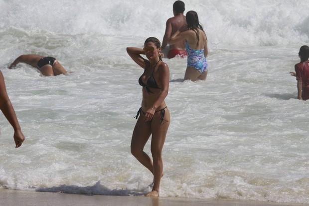 Flávia Alessandra saindo do mar (Foto: Dilson Silva/ AgNews)