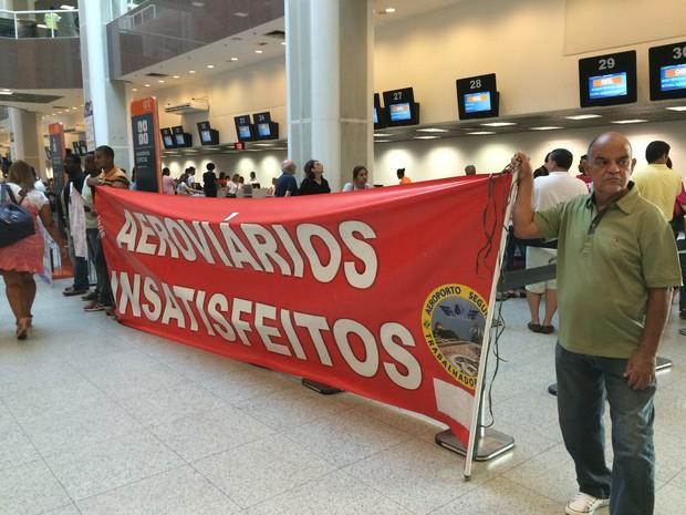 Aeroviários protestam no Aeroporto Santos Dumont (Foto: Fernanda Rouvenat/G1)