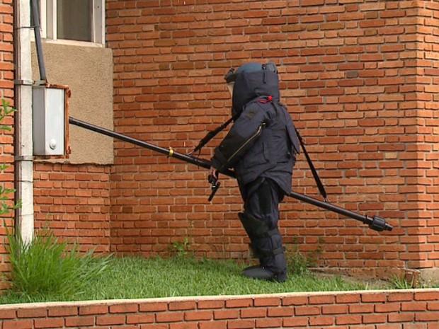 Agentes do Gate recolheram os objetos suspeitos (Foto: Felipe Lazzarotto/EPTV)