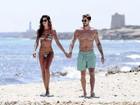 Izabel Goulart, de biquíni, exibe corpo perfeito ao lado do namorado em Ibiza
