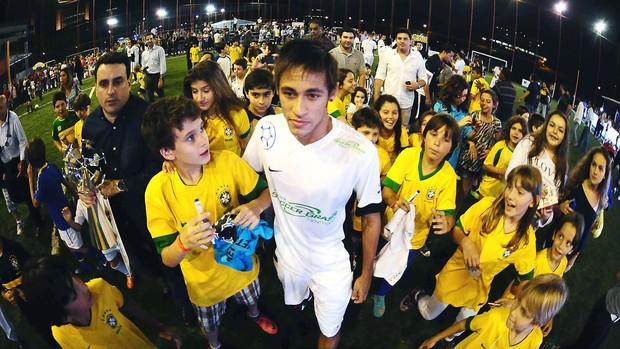 Neymar inauguração quadra (Foto: Marcos Ribolli / Globoesporte.com)