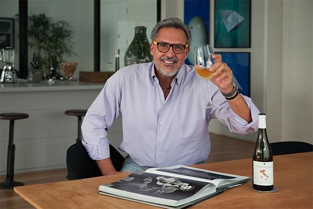 Na mesa de jantar, Fabrizio relaxa com uma taça de vinho de sua adega (Foto: Marcos Rosa/  Ed. Globo)