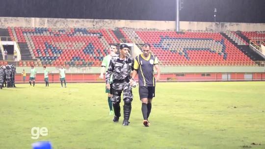 No AC, atacante é improvisado no gol, acaba expulso e é retirado pela polícia