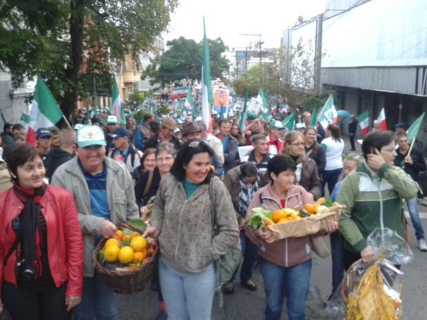 Agricultores carregam cestas com frutas na caminhada por Porto Alegre (Foto: Zete Padilha/RBS TV)