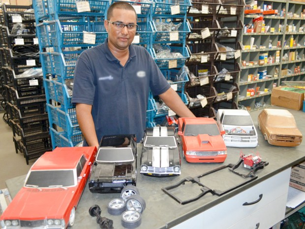Luiz Miguel vendedor Uberaba réplica carrinho papel [Foto: Alex Rocha/ G1)