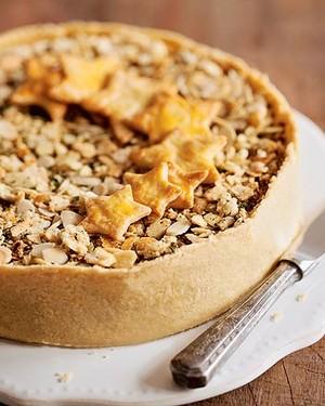 Torta aberta de bacalhau com farofa crocante e pão de amêndoas (Foto: Elisa Correa/Casa e Comida)