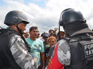 Após obstrução da rodovia, policiais e moradores negociaram e se comprometeram em deixar a via aberta pelas próximas seis horas (Foto: Emily Costa/ G1)