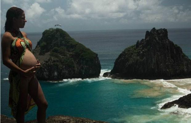 Proibição de partos no arquipélago causa indignação em moradores; governo estadual diz que faltam recursos, apesar de arrecadação da ilha com turismo. (Foto: Alan Schvarsberg/BBC)