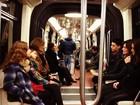 Em Paris, Fátima Bernardes e William Bonner andam de metrô com os filhos