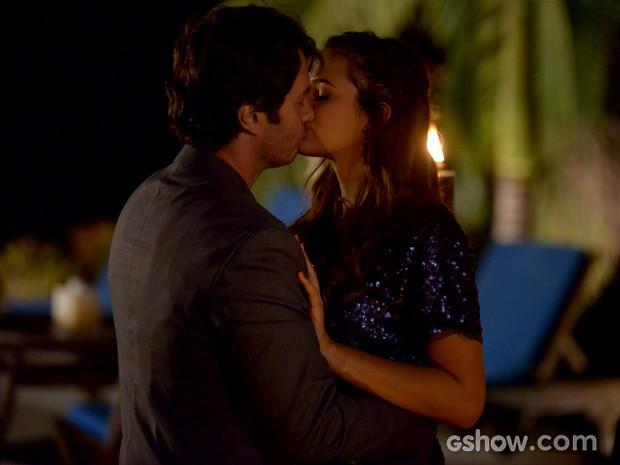 Luiza e Laerte não conseguem se soltar e curtem clima romântico (Foto: Raphael Dias / TV Globo)