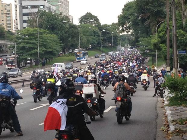 Motoboys seguiram pelo Corredor-Norte Sul em protesto na manhã desta sexta (Foto: Tatiana Santiago/G1)