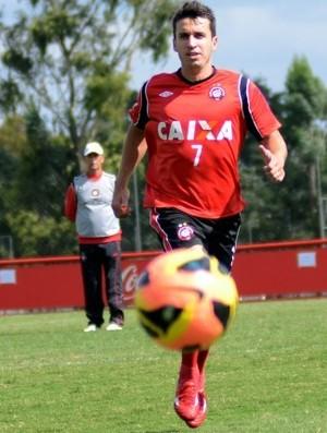 Elias, meio-campo do Atlético-PR, no CT do Caju (Foto: Site oficial de Atlético-PR/Divulgação)