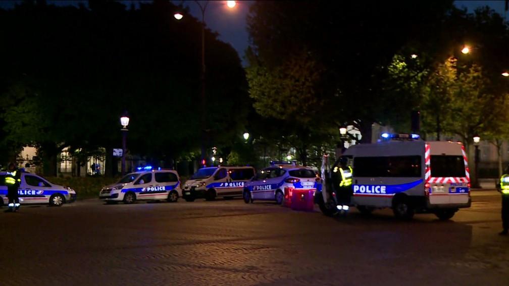 Polícia isola Champs-Elysées em Paris nesta quinta-feira (20) após tiroteio (Foto: Reprodução/ TV Globo)