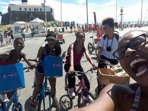 Projeto dá aulas gratuitas a mulheres negras da periferia (Foto: Divulgação/ Preta, vem de Bike)