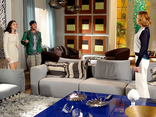 Sônia fica chocada ao ver Rodinei entrando em sua casa (Foto: Cheias de Charme / TV Globo)