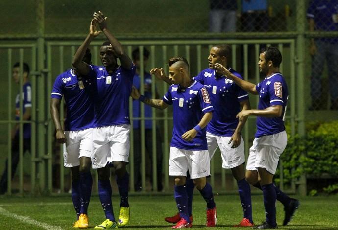 Jogadores do Cruzeiro comemoram vitória em amistoso em Ibirité (Foto: Washington Alves \Lightpress)