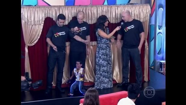 Tarcísio e o Grupo de Marionetes Guarujá sendo entrevistados por Fátima Bernandes (Foto: Reprodução/TV Globo)