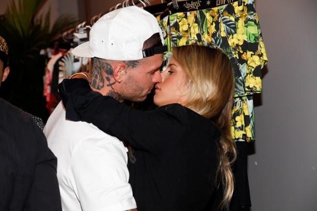 Mateus Verdelho beija a nova namorada, Shantal Abreu (Foto: Marcos Ribas/BrazilNews)