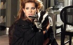 Fernanda Souza contracena ao lado de uma cabra