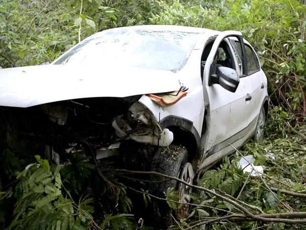 Após ser atingido, veículo capotou e foi parar fora da rodovia (Foto: Rede Amazônica/ Reprodução)