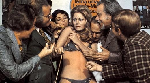 Vera Fischer sendo assediada em 'A Super Fêmea'. (Foto: Reprodução)