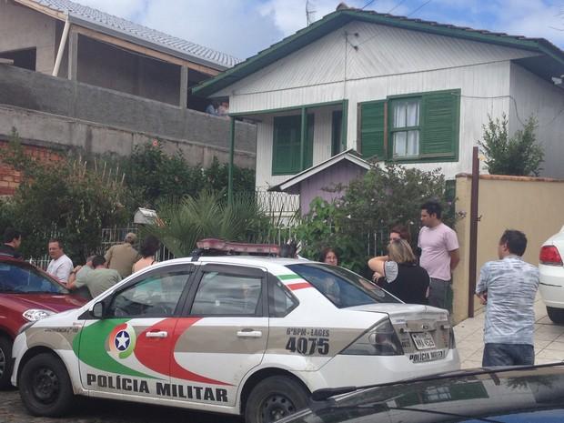 Oficiais da Polícia Militar estiveram na residências dos idosos na manhã deste sábado (19) (Foto: Kleber Pizzamiglio/RBS TV)