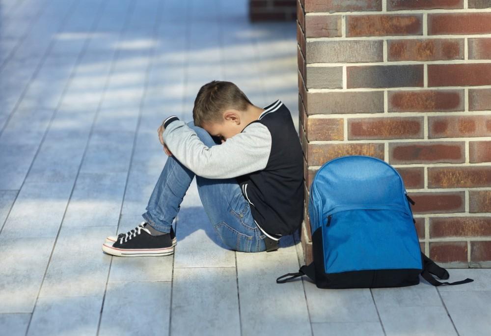 Menino sozinho escola bullying triste  (Foto: thinkstock)