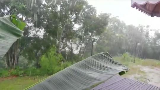 Chuva forte alaga rua e invade casas em São Mateus, ES