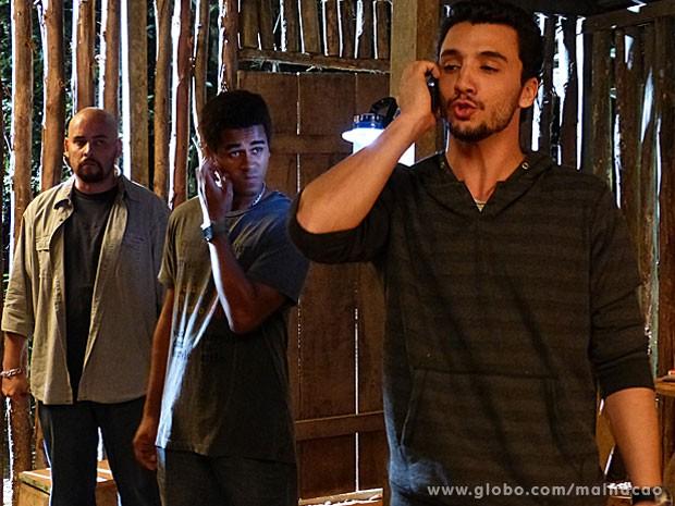 A casa caiu! O Sal vai pegar o telefone e revelar pro Olavo que está por trás do sequestro... (Foto: Malhação / Tv Globo)