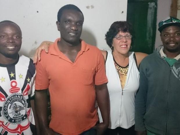 Imigrantes têm recebido auxílio da professora Teca (Foto: Caio Gomes Silveira/ G1)