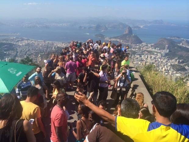 Turistas no Cristo Redentor nesta quarta-feira (12) (Foto: Matheus Rodrigues / G1)