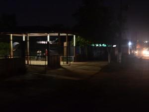 Alunos e professores da escola Wilson Fonseca também reclamam da escuridão (Foto: Luana Leão/G1)