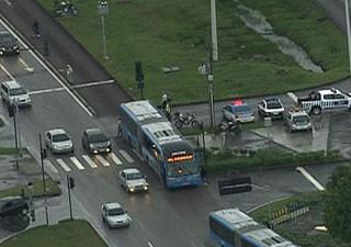 Pedestre é atropelado e morto em pista do BRT Transoeste (Foto: Reprodução / TV Globo)