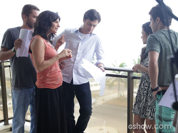Helena ensaia cena com Manu Gavassi (Foto: Pedro Curi/TV Globo)