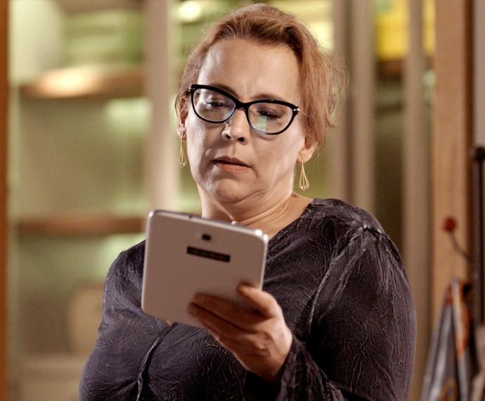 Emília fala ao tablet com homem misterioso (Foto: TV Globo)