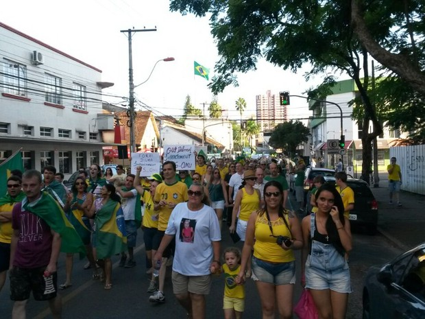 Em Joinville manifestantes realizam passeata pelas ruas (Foto: Marcos Pereira/RBS TV)