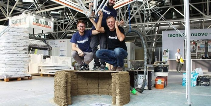 Idealizadores do projeto mostram resistência dos blocos impressos com lama (Foto: Divulgação)