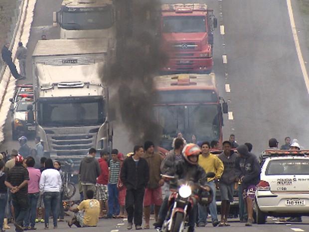 Trânsito fica impedido na MG-050 (Foto: Reprodução / TV Globo)