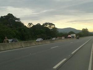 Rodovia foi bloqueada pelos integrantes da Ocupação Amarildo (Foto: Thaís Andreolli/Divulgação )