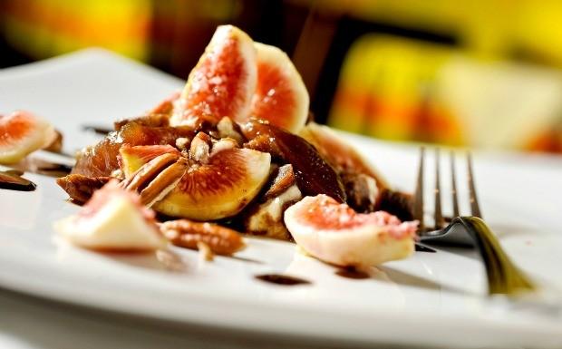 Figos em calda e assados com merengue - Mercearia do Conde e Condessa Caf  (Foto: Divulgao)