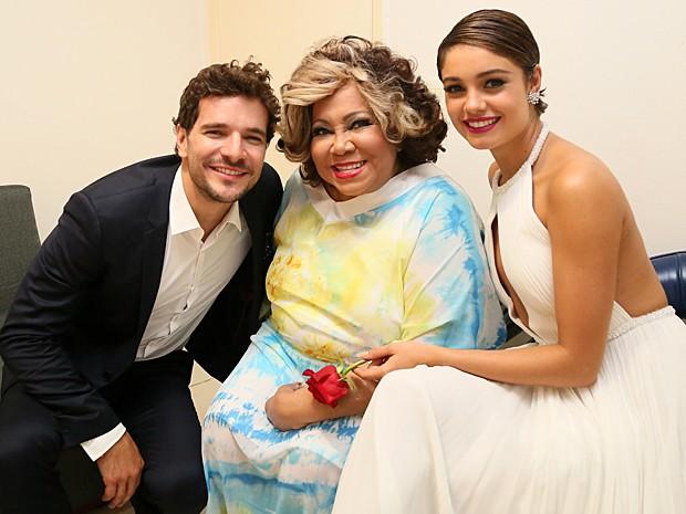 Daniel Oliveira e Sophie Charlotte tietam Alcione nos bastidores (Foto: Carol Caminha / Gshow)