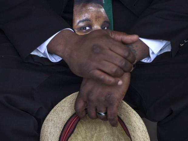 Imagem do jovem negro Michael Brown, de 18 anos, morto numa abordagem policial enquanto estava desarmado, é vista na gravata de seu pai, Michael Brown Sr. durante culto de domingo (30) em uma tenda em Ferguson, Missouri (EUA) (Foto: Adrees Latif/Reuters)