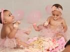 Gêmeas de Natália Guimarães comem bolo pela primeira vez