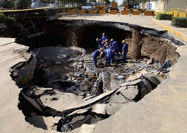 Funcionários trabalham no reparo da pista (Foto: Reuters/China Daily)