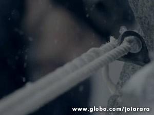 Corda de Franz rasga, mas ele consegue se agarrar a uma rocha (Foto: Joia Rara/ TV Globo)