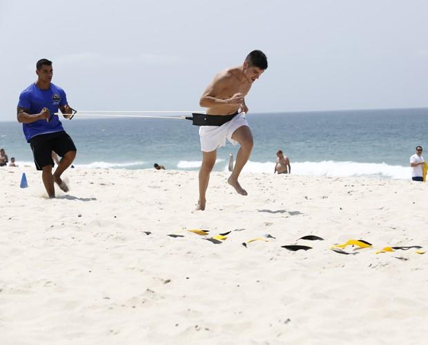 O personal Bruno auxilia o ator em exercício (Foto: Fábio Rocha /Gshow)