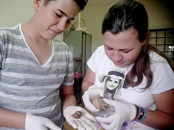 Alunos manuseiam o escargot durante as aulas (Foto: Divulgação)