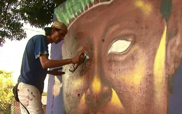 Dividindo os muros disponíveis, grafiteiros expressam sua arte (Foto: Reprodução/TV Acre)