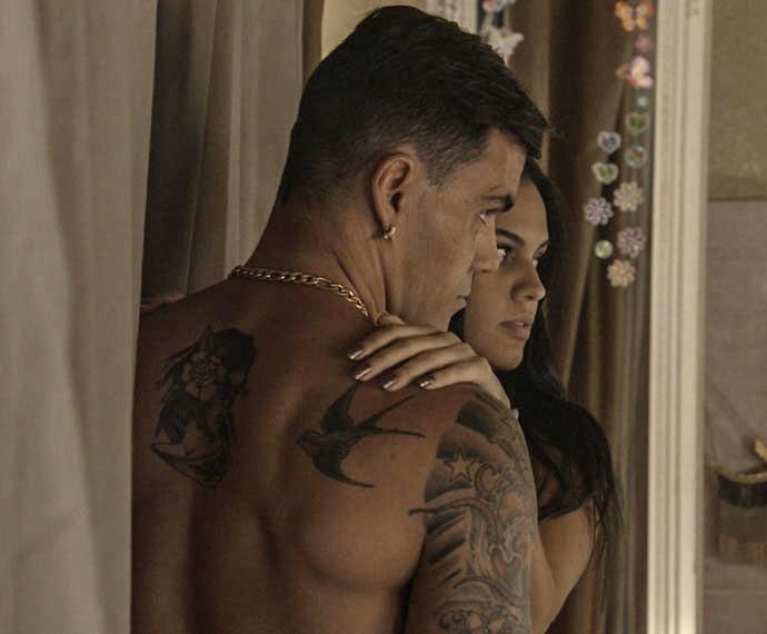 Alisson se desespera ao ouvir a voz do marido (Foto: TV Globo)