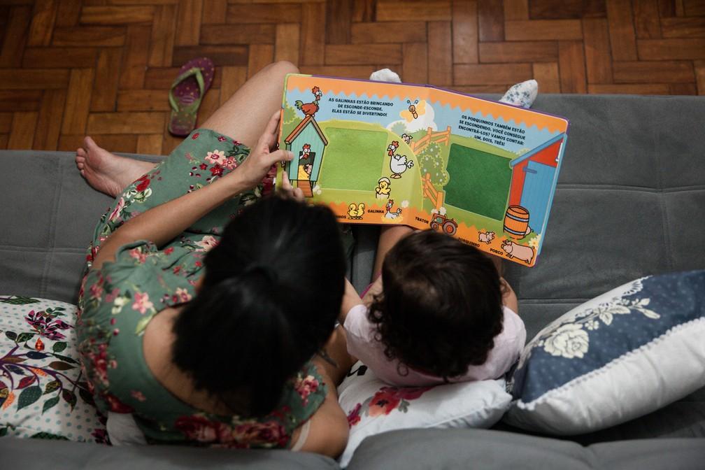 Ler antes de dormir é uma opção para acalmar e ajudar a elaborar fantasias (Foto: Marcelo Brandt/G1)